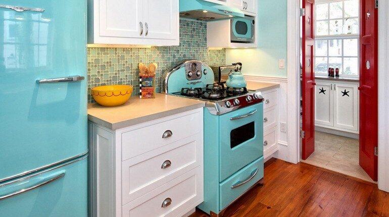 интерьер кухни, холодильник и плита, кухонная мебель и техника
