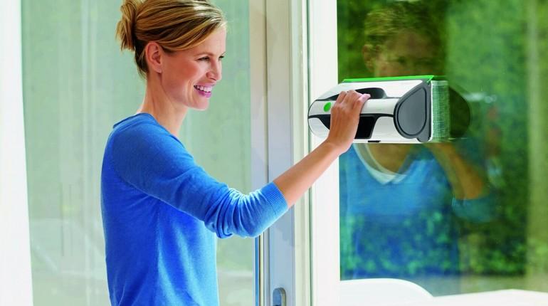 девушка моет окна, магнитная щетка для мытья окон