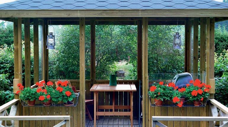 беседка в саду, оформление участка, цветы и беседка