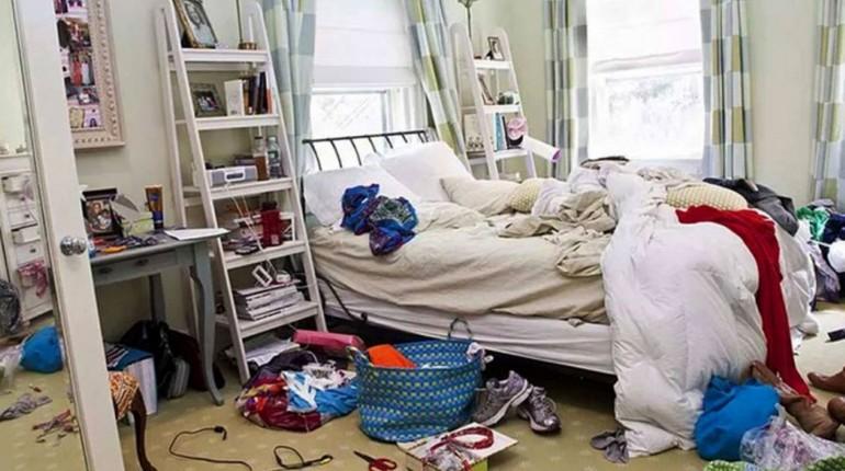 беспорядок в квартире, старые разбросаны в спальне