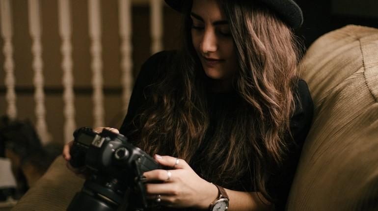 девушка фотограф, девушка с фотоаппаратом, девушка смотрит в камеру на фотографии