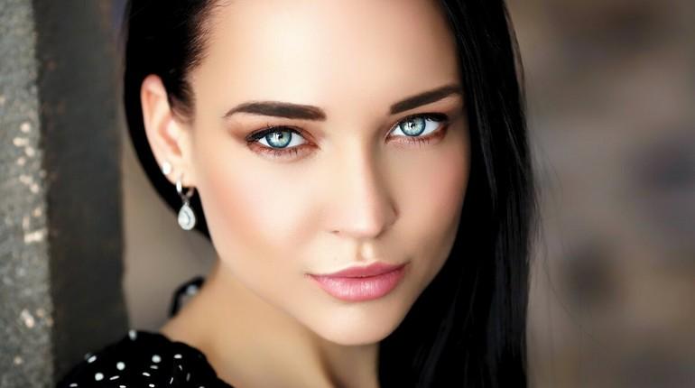 девушка с голубыми глазами, лицо девушки