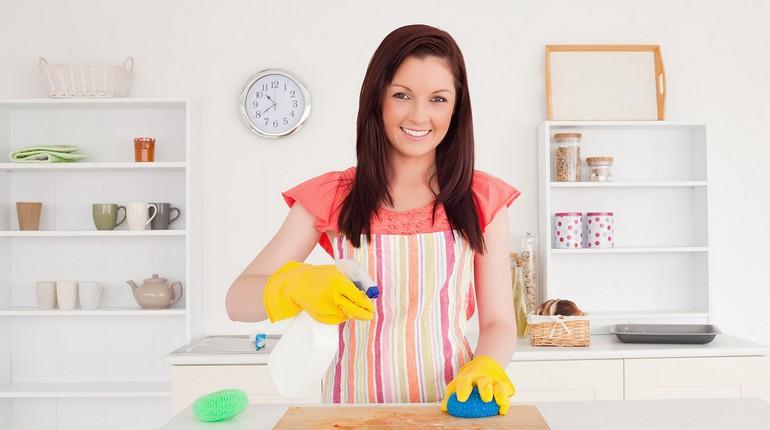 девушка в резиновых перчатках делает уборку в квартире