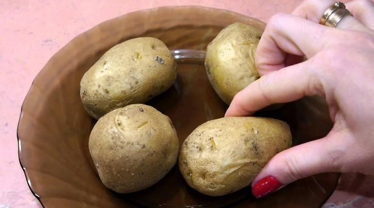 картофель в мундире, картошка сваренная с кожурой