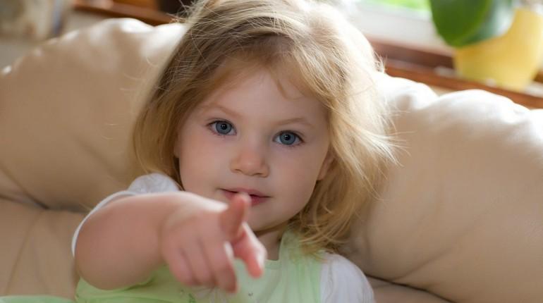 ребенок указывает пальцем прямо в камеру, сообразительная девочка