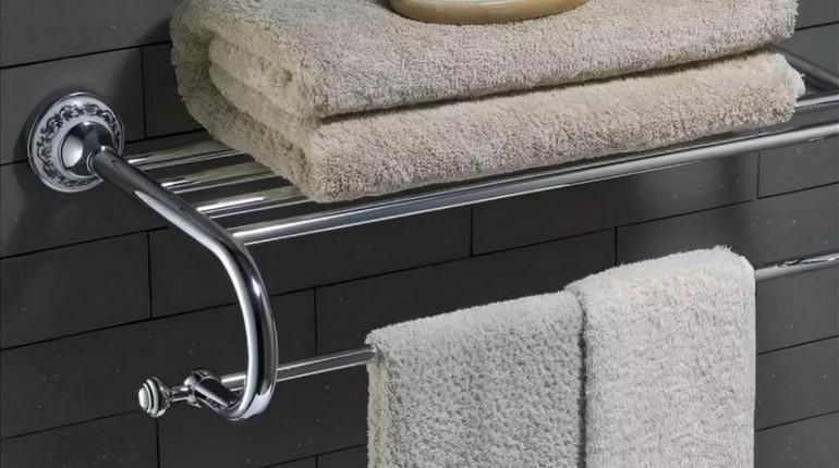 чистые полотенца на полочке в ванной комнате