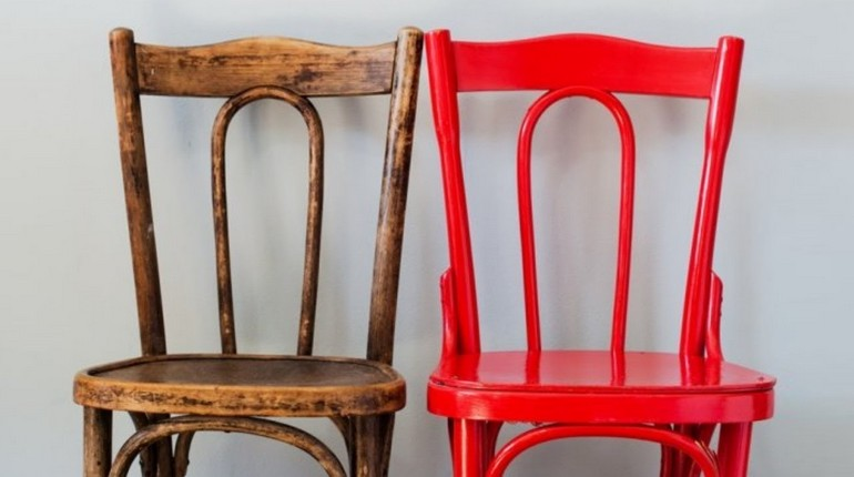 старый стул покрасили красной краской, два стула покрашенный и нет