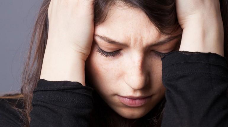 девушка в печали, решение сложных проблем