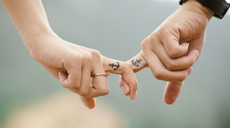 два человека держатся за руки, любовь и дружба, отношения