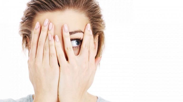 девушка закрыла лицо руками, девушка боится