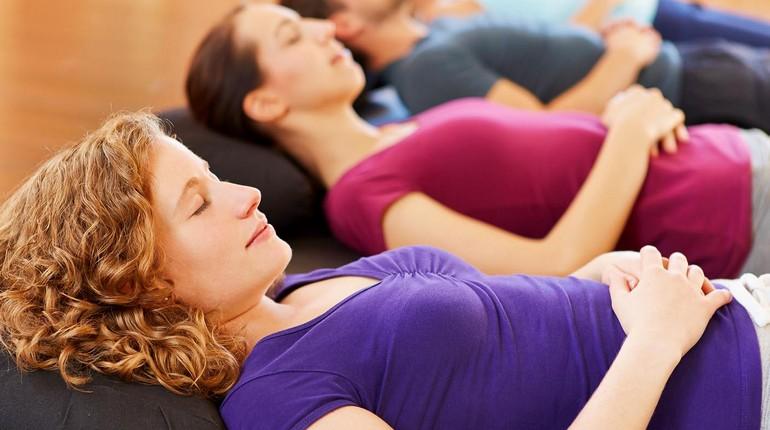 девушки на сеансе медитации, коллективная медитация