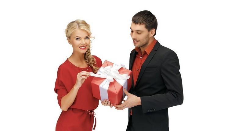 девушка получает подарок, вручение подарка, поздравления с днем рождения