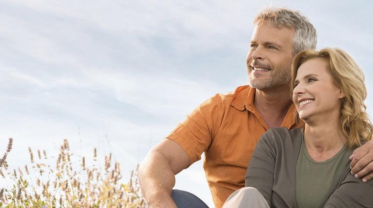 счастливая парочка, парень с девушкой сидят в обнимку