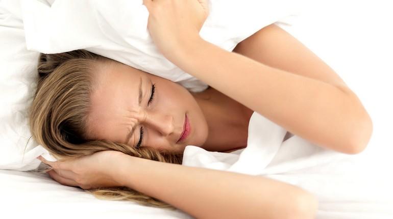 девушка закрыла уши подушкой, девушка не хочет ничего слышать ,у девушки стресс