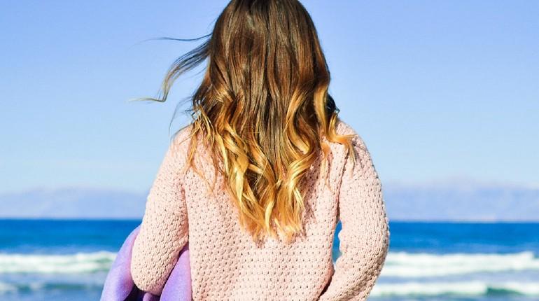 девушка смотрит на море, морская прогулка