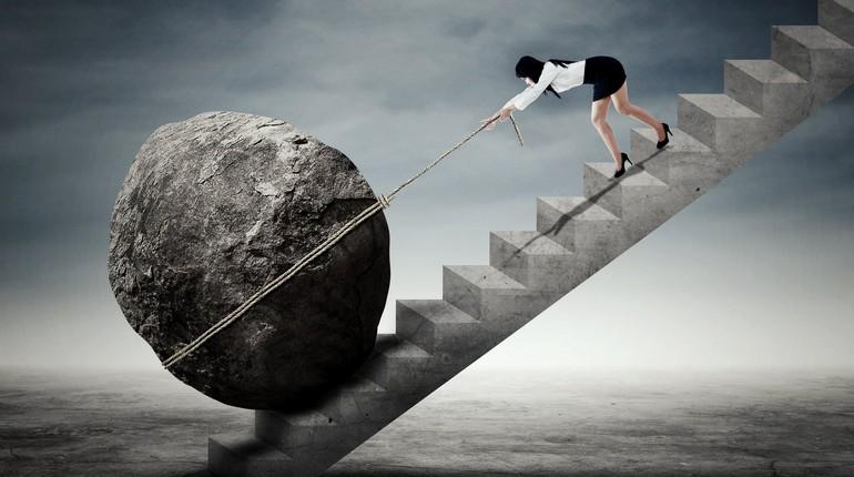 непосильный груз, девушка тащит камень в гору