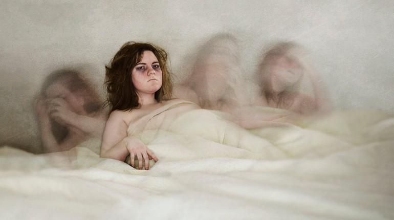 девушка лежит в постели со своими думами