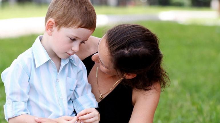мама разговаривает с мальчиком, сын слушает маму, ребенок расстроен