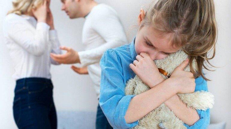 девочка страдает от ссоры родителей, ребенок и развод