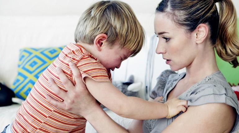 мальчик плачет на руках у мамы, мальчик очень расстроен, малыш с мамой