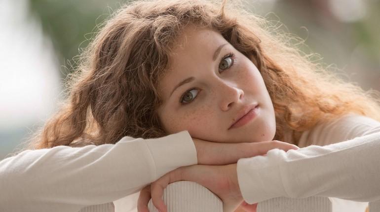 девушка грустит, задумчивый взгляд