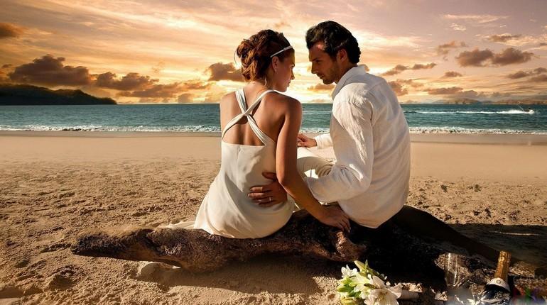 девушка с парнем разговаривают, любовные отношения, парочка на берегу моря