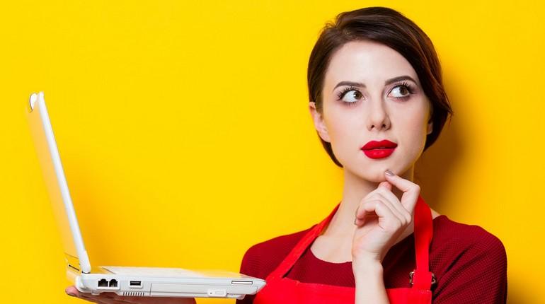 девушка держит в руках ноутбук, девушка думает