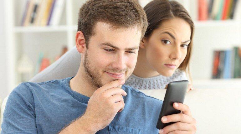 ревнивая жена, девушка пытается посмотреть в телефон к мужчине