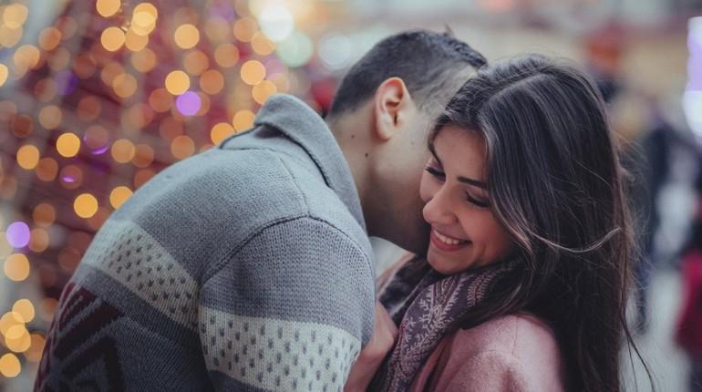 девушка с парнем, сладкая парочка,парень шепчет девушке на ухо