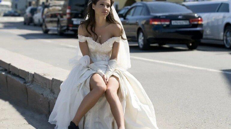 невеста, расстроенная невеста, одинокая девушка в платье невесты