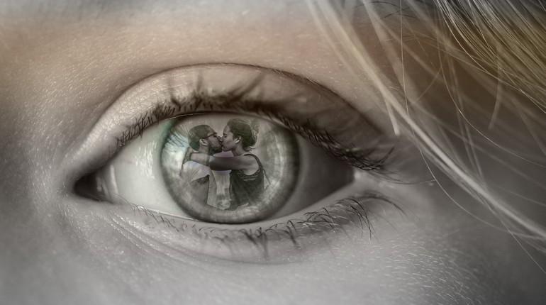 женский глаз, отражение влюбленной парочки в зрачке девушки, измена на глазах у жены