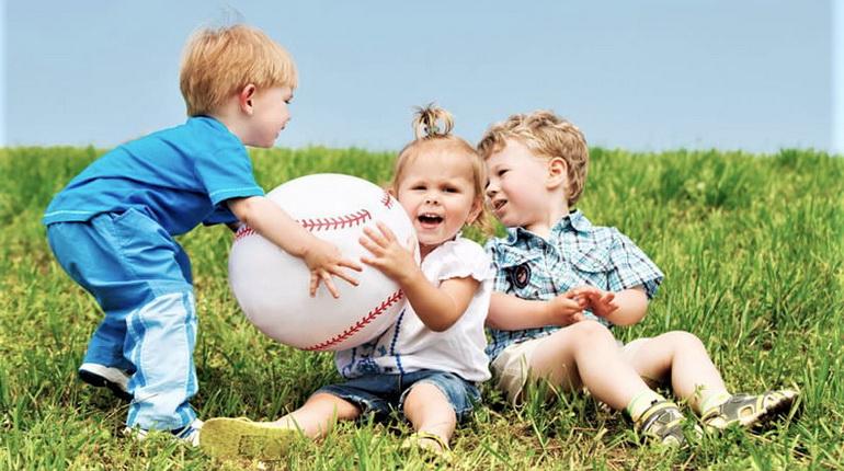 дети дерутся, детская жадность, отдай мяч