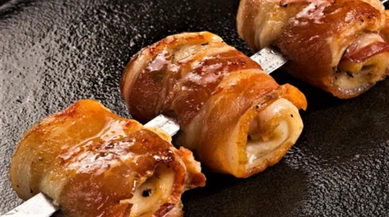сулугуни в беконе, закуски с беконом, закуски с сыром в печи