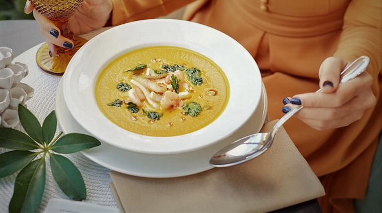 суп с морепродуктами, суп с креветками, горячее блюдо с кеветками, суп в ресторане