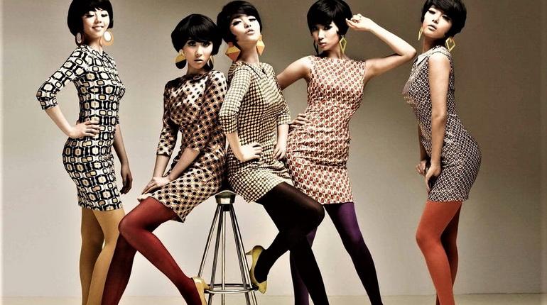 девушки в платьях ретро, ретро платья, девушки на фоне стены, ретро стиль