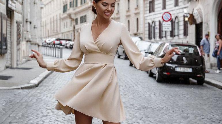 Платье фигуристки, приталенное платье беж. бежевое короткое платье
