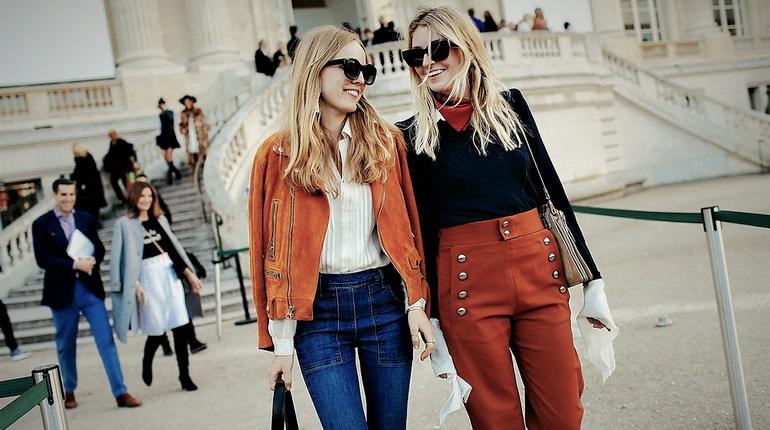 брюки с высокой талией, девушки в брюках в городе