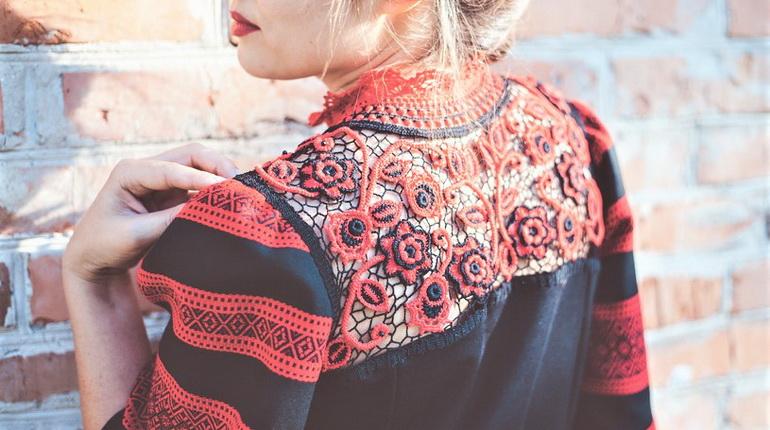 этно-узоры, одежда в этно стиле, платье с вышивкой на спине