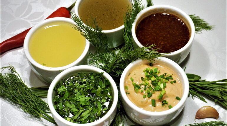 соусы, соусы разные в пиалах, соусы для салатов