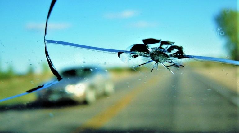 трещина на стекле, трещина на стекле в авто