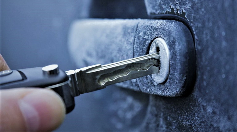 замерз замок в авто, замерзший замок на авто, ключ в замке автомобиля, замерз замок
