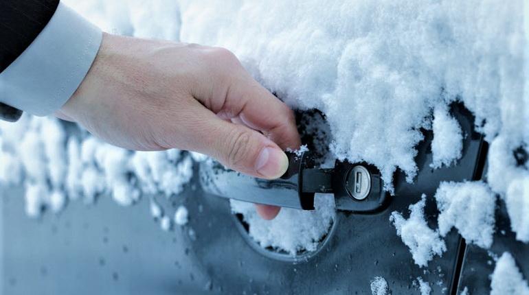 замерз замок в авто, замерзший замок на авто, рука и замерзшая дверь автомобиля, замерз замок