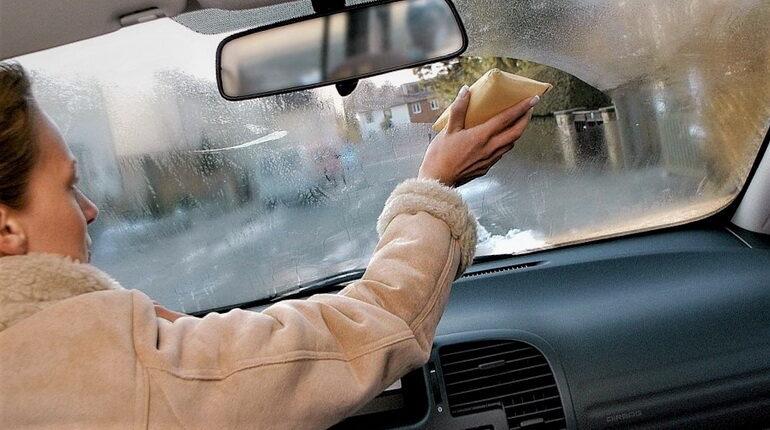 запотевшие окна в авто, в салоне запотели окна, окна в машине запотели