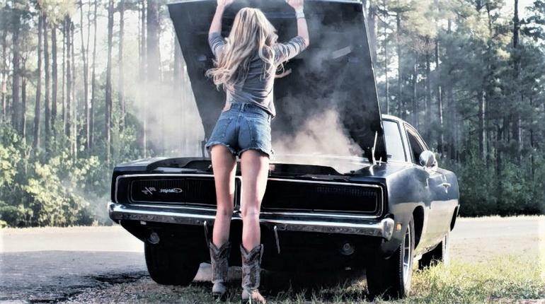 авто не заводится, девушка у капота, поломка авто