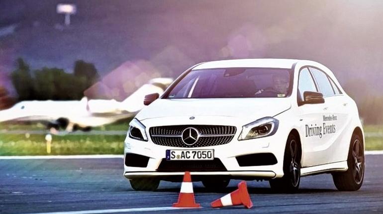 белая машина стоит на дороге, автомобиль на дороге