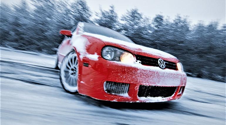 авто тормозит, авто разворачивается, красная машина на льду