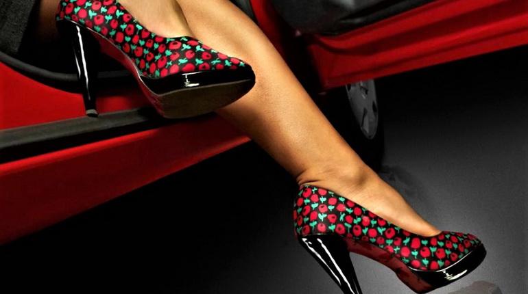каблуки и авто, красная машина и каблуки, туфли на каблуках возле авто