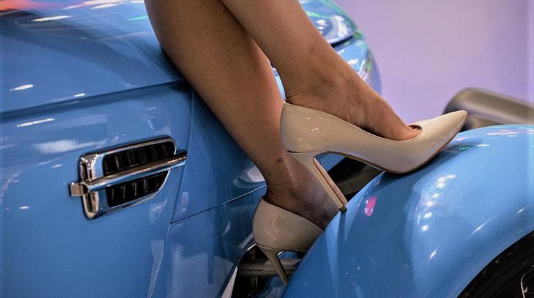 каблуки и авто, голубые машины и каблуки, туфли на каблуках возле авто