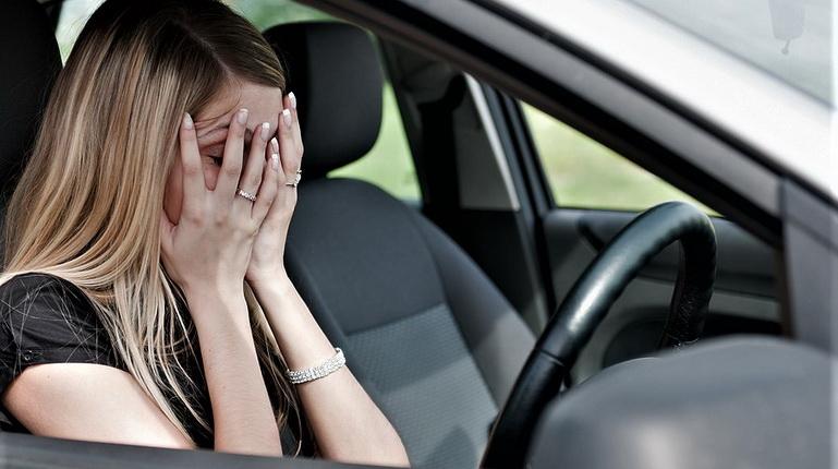 волнение за рулем, женщина боится ехать, женшина в авто закрыла лицо руками