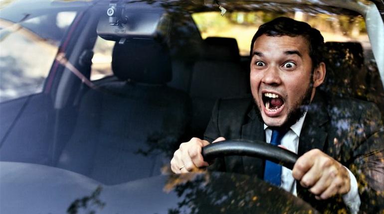 волнение за рулем, мужчина боится ехать, мужчина в авто
